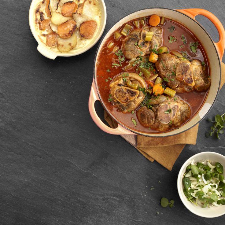 Een overheerlijke stoofpotje van varkensschenkel met gratin van koolrabi en zoete aardappel, die maak je met dit recept. Smakelijk!