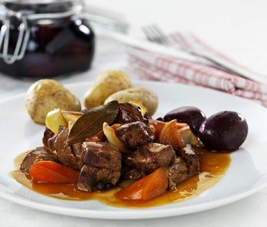 Den här klassiska kalopsen fyller dig med välbehag. Mört kött, spänstiga morötter och lök fräser du med kalvfond, lagerblad och kryddpepparkorn och blir till en komplett och gudomlig middag serverat med kokt potatis och inlagda rödbetor.