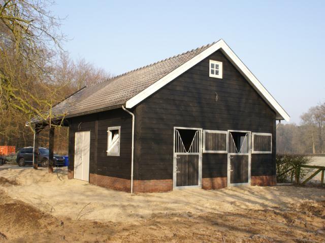 3. Riante houten stal met paardenboxen garage overkapping en schuurgedeelte 96m2