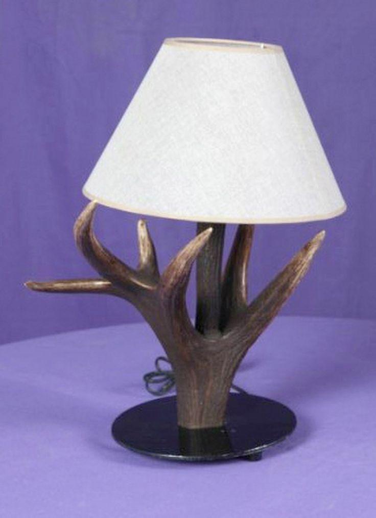 Lámpara mesita realizada en asta de ciervo. Más info: www.artesania-alla.es