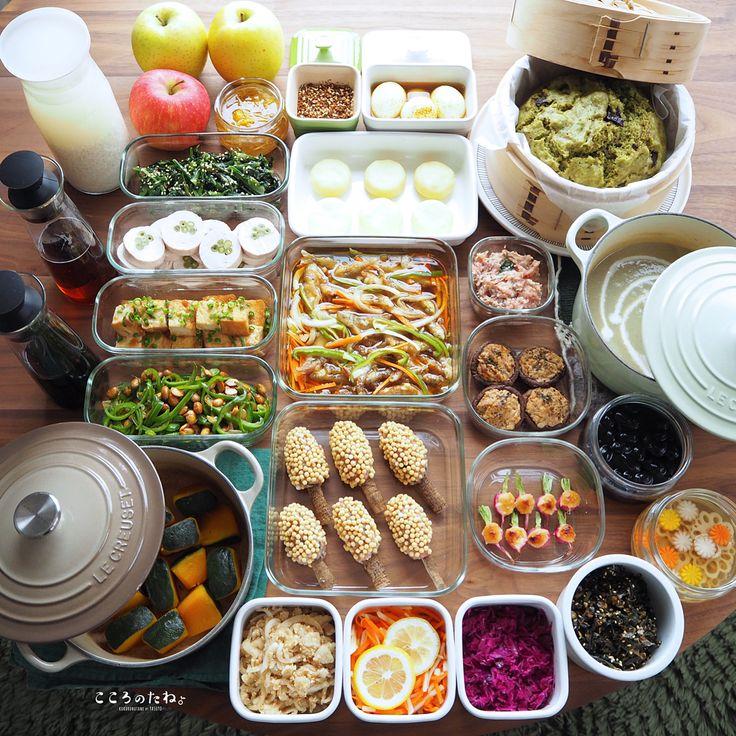 ❁.*⋆✧°.*⋆✧❁ 今週の作り置きおかずあれこれ◡̈ ・ 日々の子供達のお弁当2人分&私のお昼用。 (酢の物と冷凍物以外は2〜3日で食べ切りです) ・ 【お品書き】 1.いんげんの鶏ロール 2.わかさぎの南蛮漬け 3.鬼の金棒(のつもり😂)フライ(下拵え・冷凍保存用) 4.つくね種(冷凍保存用) 5.ピーマンと大豆の麺つゆ炒め 6.ラディッシュの白味噌焼き 7.椎茸のツナマヨ焼き 8.厚揚げの生姜焼き 9.セロリ葉の甘辛佃煮 10.かぼちゃのレモン煮 11.あっさり黒豆煮 12.味玉(カレーポン酢) 13.春菊のピーナッツクリーム和え 14.玉葱と鰹節のポン酢和え 15.紫キャベツのナムル 16.りんごと人参の蜂蜜レモンマリネ 17.れんこんと人参と大根の甘酢漬け(柚子風味) 18.柚子生姜の蜂蜜漬け 19.さつま芋とごぼうのポタージュスープ 20.じゃが芋のおやき(下拵え・冷凍保存用) 21.抹茶とチョコの蒸しパン 22.自家製 甘酒 23.自家製 麺つゆ 24.自家製 白だし 25.自家製 ふりかけ(柚子胡椒・白ごま) ・…