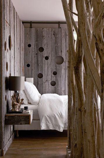 Une chambre en bois et une tête lit apaisante