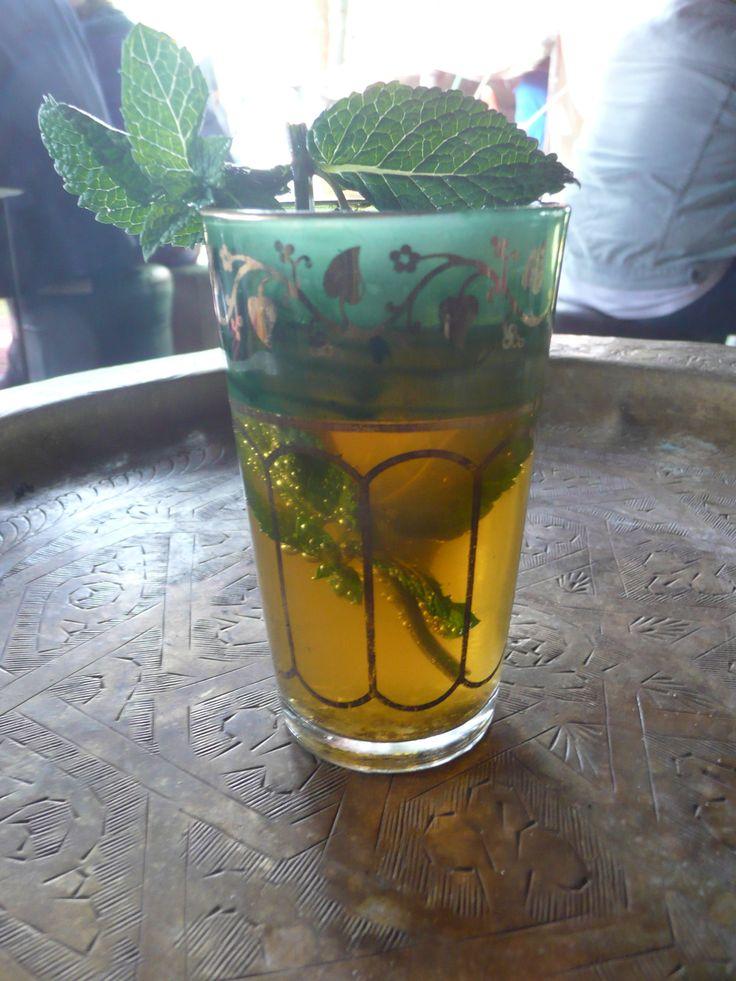 Marokkaanse thee. Er zit siroop in, suiker en natuurlijk groene thee en verse munt.