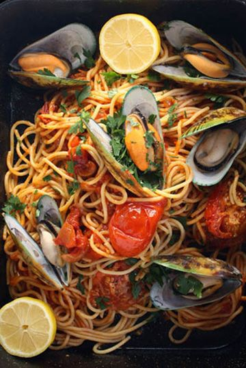 Spaghetti with green lipped mussels in a classic tomatoe sauce
