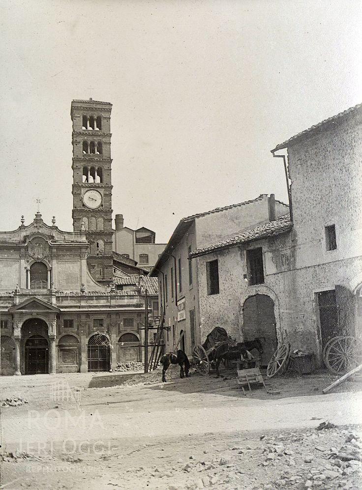 Piazza della Bocca della verità (1895 ca)  La Basilicadi Santa Maria in Cosmedin prima del rifacimento del 1899, gli edificisulla destra non esistono più.La Basilicadi Santa Maria in Cosmedin prima del rifacimento del 1899, gli edificisulla destra non esistono più.