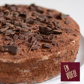 Receta de bizcochuelo para torta de cumpleaños o bizcocho para pastel facilísimo de preparar. Sirve para todo tipo de tortas rellenas, no solo para torta de cumpleaños o tortas de boda sino también para tortas clásicas como por ejemplo la torta selva negra. Este genoise de cacao, como se los conoce normalmente a este tipo de bizcochos, se realiza con pocos ingredientes. Es firme por lo que puede ser utilizado también para tortas moldeadas o con decoraciones complejas.