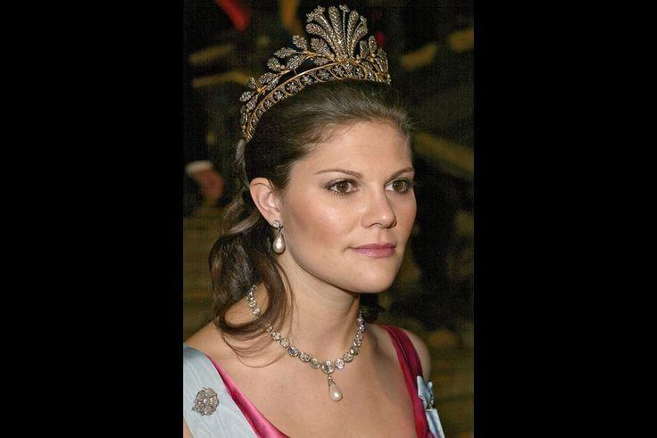 """La princesse Victoria porte le diadème """"Napoleonic Cut Steel Tiara"""", le 10 décembre 2004"""