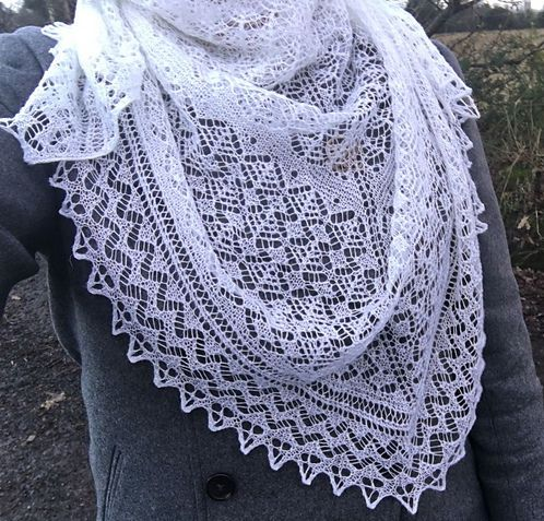 Красивая треугольная ажурная шаль спицами