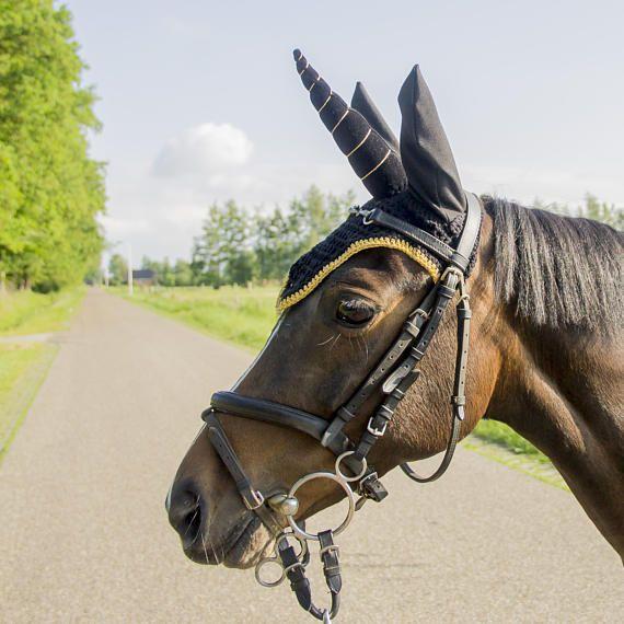 Zwart eenhoorn oornetje vliegenmuts zwart goud en zwart oor, unicorn, eenhoorn, unicorn horn, black unicorn, unicorn fly bonnet, flybonnet unicorn, fairytale horse, pony fashion