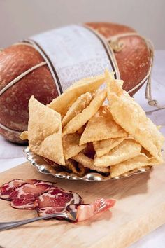 Scopriamo con Sara Papa i segreti per preparare lo gnocco fritto, ricetta tipica della cucina Emiliana.