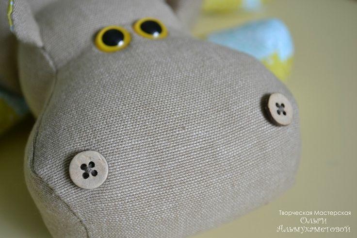 Lindo esse hipopótamo, as crianças vão adorar...o corpo é feito de tecido grosso e as patas de tecido tipo algodão estampado. O tutorial ...