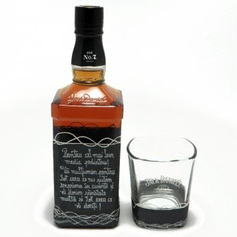 Un cadou cu mesaj personalizat prin pictura manuala, ce consta intr-o sticla de Jack Daniels` de 700ml si un pahar, intr-o cutie alba de cadou captusita cu saten rosu.