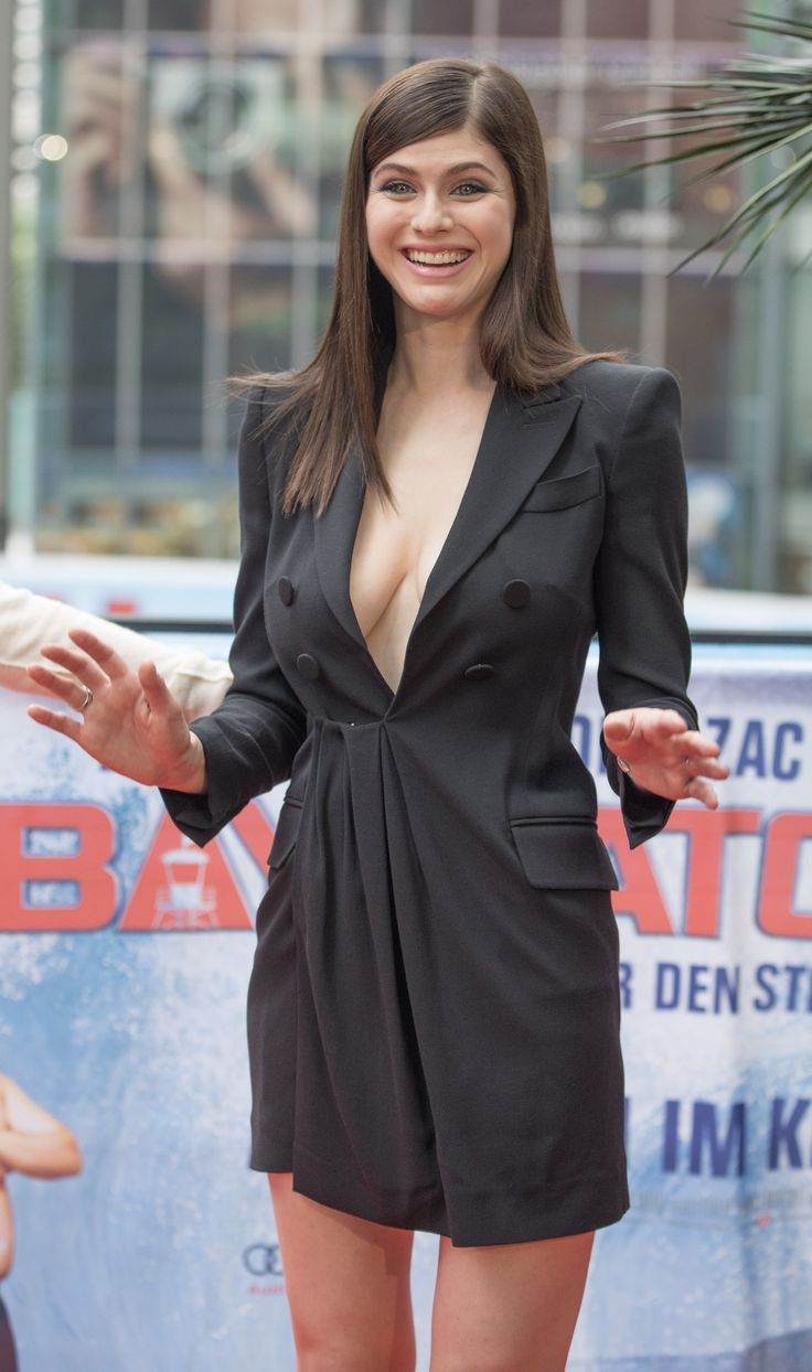 Zac Efron Cute Wallpaper Alexandra Daddario At The Quot Baywatch Quot Photocall In Berlin