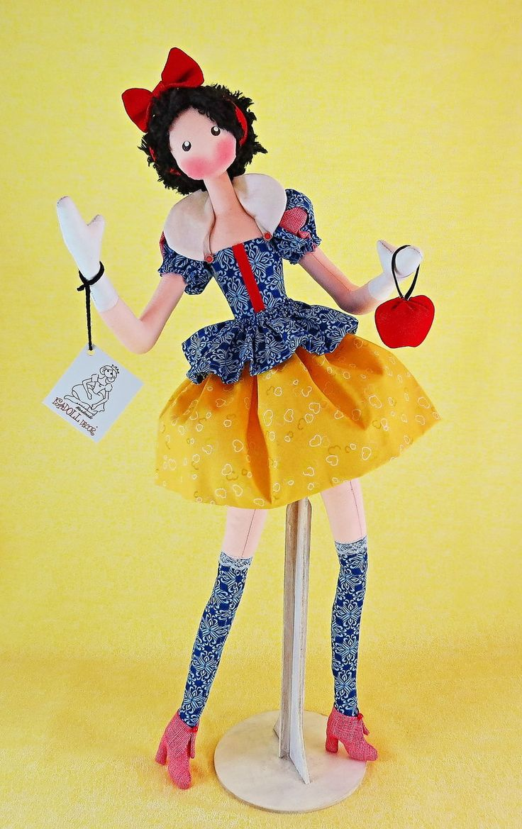 BONECA BRANCA DE NEVE    Na edição fashion, com pernas delgadas e articuladas tem o benefício de decorar qualquer ambiente de festa de aniversário e depois sentada ou no expositor, guardar a recordação deste momento mágico.  DICA: Ideal para presentear as apaixonadas pelas princesas encantadas.  ...
