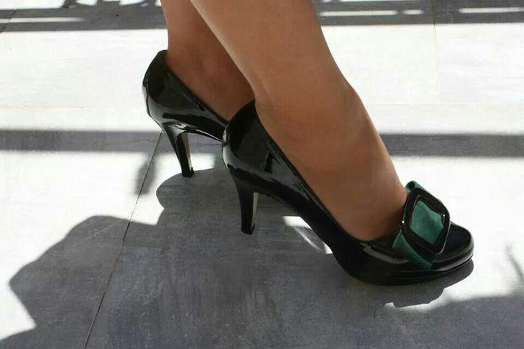 Pisando fuerte...#zapatos de #charol. #Orquídea #zapatoselda 2014. zapatoselda.com