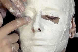 French tutorial on how to use plaster bandages to create a face/head mold