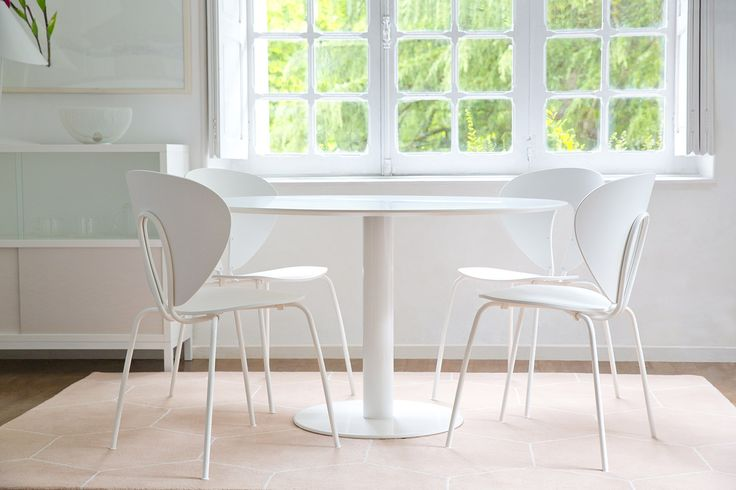 Natural light for this dining area with STUA Zero table and Globus chairs. ZERO: www.stua.com/eng/coleccion/zero.html GLOBUS: www.stua.com/eng/coleccion/globus.html