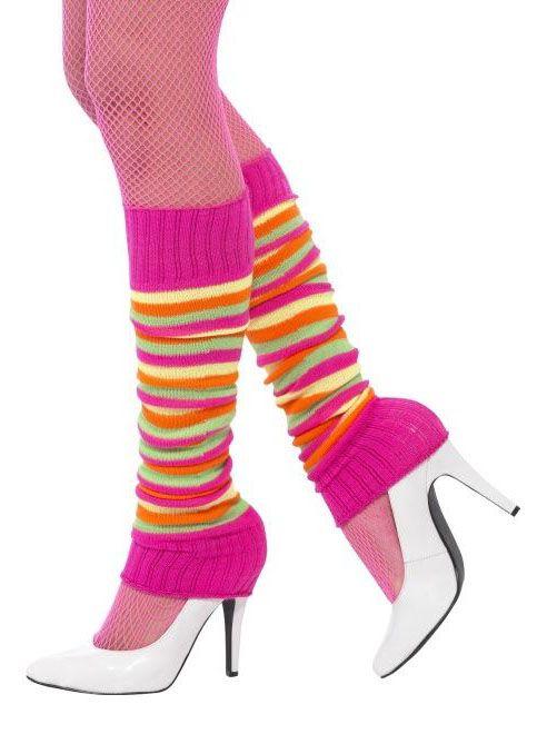 Gekleurde en gestreepte beenwarmers voor dames: Dit paar beenwarmers voor volwassenen zijn gemaakt an een gestreepte stof in de kleuren geel, oranje, groen en roze. De bovenste en onderste rand zijn roze.Deze fluo gekleurde beenwarmers voor...