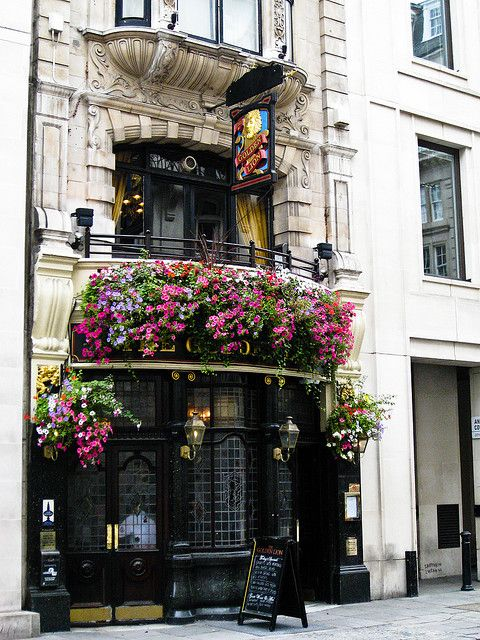 London Pubs: A Typical London Pub. Cheers!