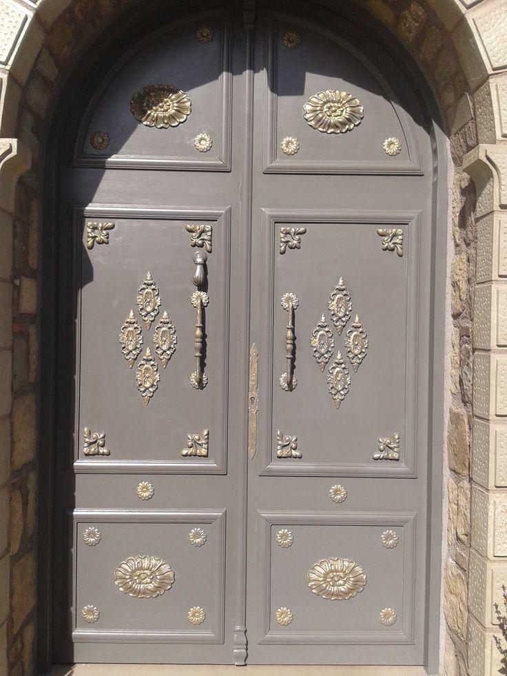 Πόρτα μεταλλική  ταμπλάδωτη με διακοσμητικά