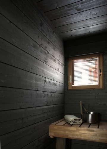 Tumma saunasisustus ja vaaleat lauteet tuovat ihanan kontrastin saunahetkiin. Klikkaa kuvaa, niin näet tarkemmat tiedot.