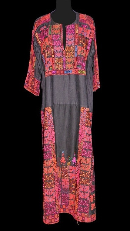Africa | A married Bayadeyyah woman's dress | Sinai peninsula, Egypt | ca second half 20th century | Cotton and embroidery