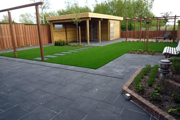 Grote tegels, gras en hout