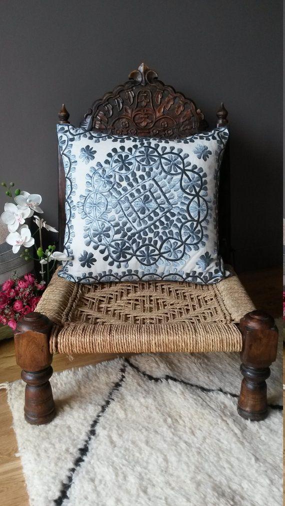 Housse de Coussin Brodée à la main - Broderie  marocaine Rbati en soie naturelle -  Par VintageSoukCreations