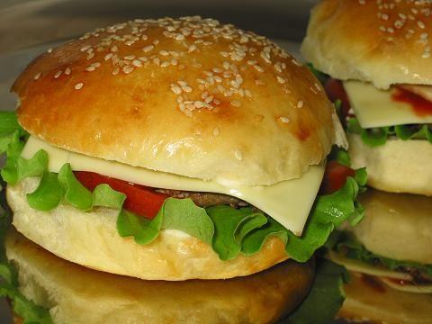 """Гамбургеры по домашнему Булочки 0.5 стакана молока 0.5 стакана воды 1 ч. ложка сухих дрожжей 1 яйцо 3 ст. ложки растительного масла 1 ч. ложка сахара 0.5 ч. ложки соли 2.5 стакана муки кунжут яйцо для смазывания Дополнительно 300-350 граммов говяжьего фарша 1 яйцо листья салата майонез кетчуп помидоры сыр """"Хохланд чизбургер"""" маринованные огурцы и лук по желанию"""