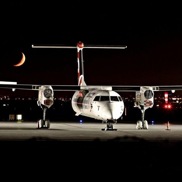 Uziemiony Dash Q400 pod Księżycem na Lotnisku Chopina. Fot. Marcin Grochal