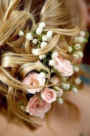 Свадебные прически с живыми цветами на фото