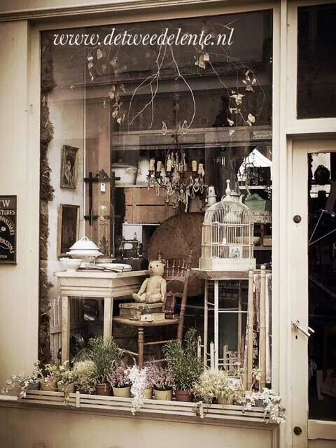 ☆ Brocante, déco vintage industrielle brocante campagne. Visual merchandising. Antique / vintage store window display.