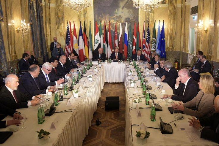Syyria-neuvottelujen osapuolia kokouspöydän ympärillä Wienin Imperial-hotellissa.