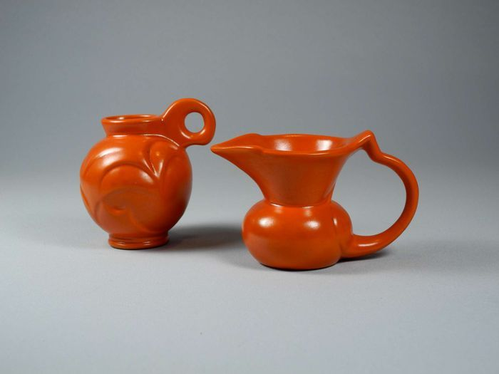 Willem Stuurman voor Plateelfabriek Zenith - Twee oranje vaasjes modelnr. 409 en 411
