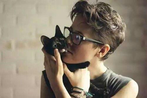Dat hair. Dat glasses. Dat cat.
