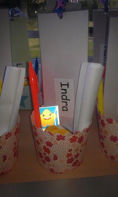 Welkomstgeschenk begin schooljaar. Een bakje met spulletjes een persoonlijk welkomstbericht