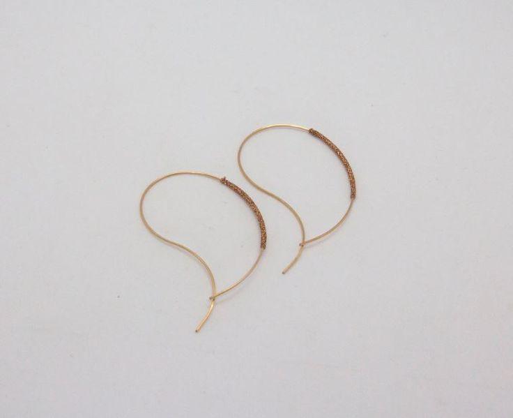 Boucles d'oreilles Jane | Jane hoops  Boucles d'oreilles créoles aux lignes incurvées et enroulées de fil couleur cuivre. Plaqué or 14k     Wrapped wire curve earring, copper color. Gold filled 14k.  #jewerly #bijoudecreateur #earrings #hoops #gold