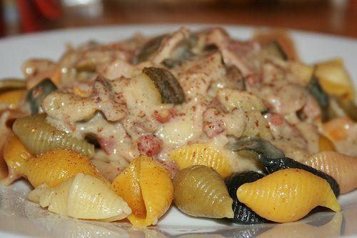 Groenten in roomsaus met pastaschelpen.