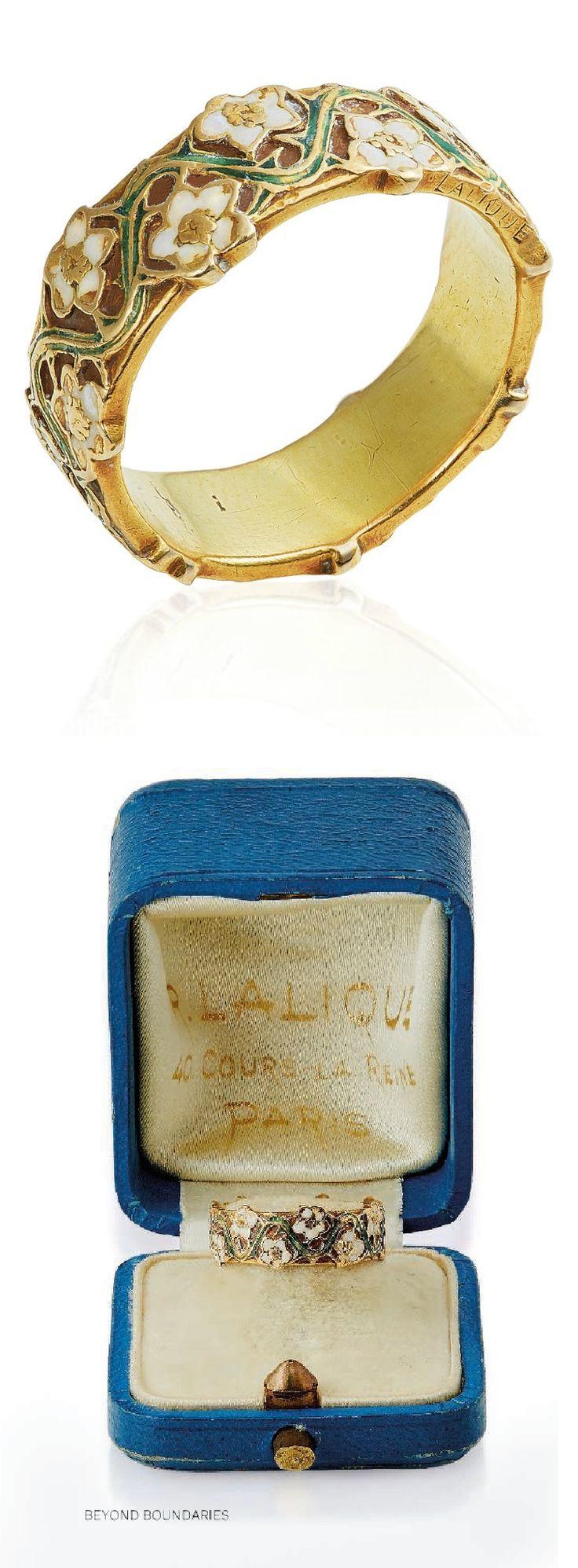 RENÉ LALIQUE – EIN ART NOUVEAU-EMAILLE-BANDRING, UM 1900. Die Goldband-Verfolgungsjagd …