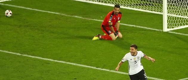 Deutschland steht im EM-Halbfinale: Als Hector zum entscheidenden Elfer gegen Italien anlief, sah er dieses Plakat