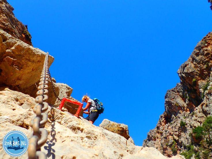 kato zakros op Kreta wandelvakanties E4: In zee ligt een verzonken haven uit de Minoaanse tijd. Kato Zakros heeft mooie stranden en een paar tavernes, die ook in de winter open zijn. De kloof van Zakros (de doden vallei) is een makkelijke kloof, met veel mooi rotspartijen in een ongerepte wilde natuur. U wandelt in