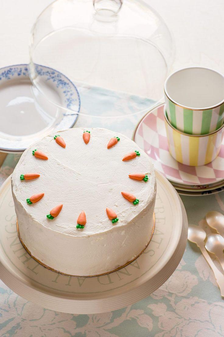 Carrot cake o tarta de zanahoria, típica tarta americana o inglesa con bizcocho de zanahoria y cobertura y relleno de queso crema. Fotos de los pasos.