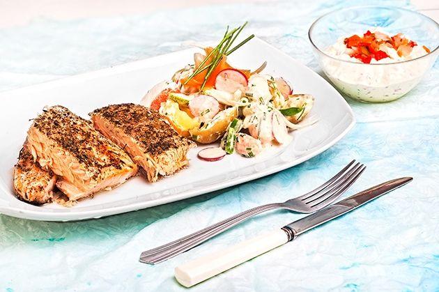 Φρέσκος ψητός σολομός με κρούστα, σάλτσα ταρτάρ και λαχανικά με ντρέσινγκ μαγιονέζας