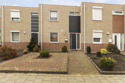 Nabij het centrum van Hoensbroek in de wijk Nieuw Lotbroek gelegen tussenwoning met diepe tuin en berging.    Indeling:    Begane grond:  Entree/hal met meterkast.  Half betegeld modern toilet met fonteintje.  Woonkamer ca. 25.2m² (5.27m.x4.79m.) met toegang tot de tuin.  Trapberging.  Open moderne keuken ca. 11.7m² (3.56m.x3.29m.) i