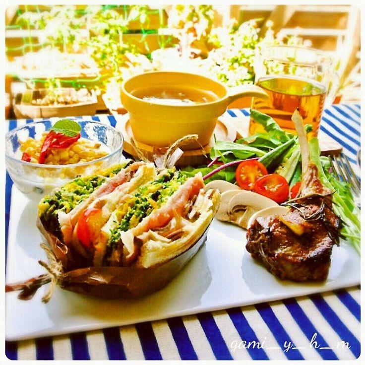 おはようございます!  今日は朝・昼食向きの料理をご紹介!  スペインのホットサンドです♪  バルセロナ辺りではよく見かける料理でその名は【ビキニ】!!  名前の由来は分かりませんがシンプルにハムとチーズを挟んだ一品です♪  本来はホットサンドにポテトフライを添えて食べることが多いのですが、  今回はホットサンドにも定番外の具材を挟み、付け合せもガッツリ系を添えてみました(笑)。  この時点で既に朝食向きではないですね(爆)。  付け合せのレシピは省きますがラムチョップのバルサミコス煮とグラノーラヨーグルトにサラダです♪  がみ