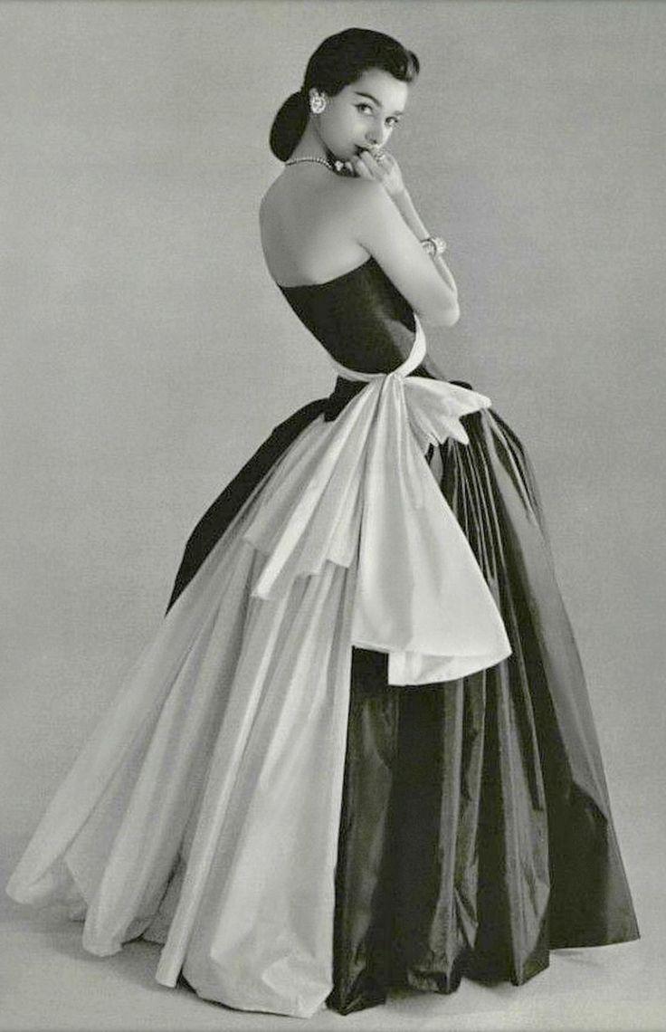 Madame Grès, 1956. Photo: Philippe Pottier.