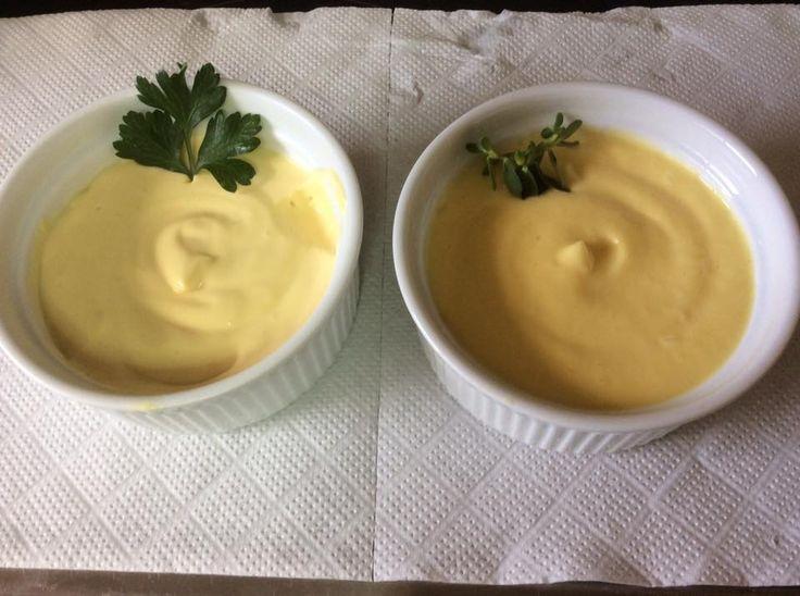 Μαγιονεζα σπιτικη με αυγό (2 μον) Υλικα: 1 κροκος 1 κ σ ξυδι λευκο 1 κ σ χυμο λεμονι 2 κ γ μουσταρδα Ενα φλ.τσ. ηλιελαιο Αλατι Ασπρο πιπερι Σε μπολ ριχνω το λεμονι,μουσταρδα,κροκο,ξυδι και χτυπαω απαλα με συρμα.Μετα ριχνω λιγο λιγο το λαδι με μορφη ψιλου κορδονιου. Τελος εριξα αλατι,πιπερι. Αν βγει πηχτο ,αραιωνουμε με λιγο νερο Ειναι σημαντικο τα υλικα να ειναι σε θερμοκρασια δωματιου Ειχα βγαλει το αυγο και τη μουσταρδα μια ωρα πριν εκτελεσω τη συνταγη