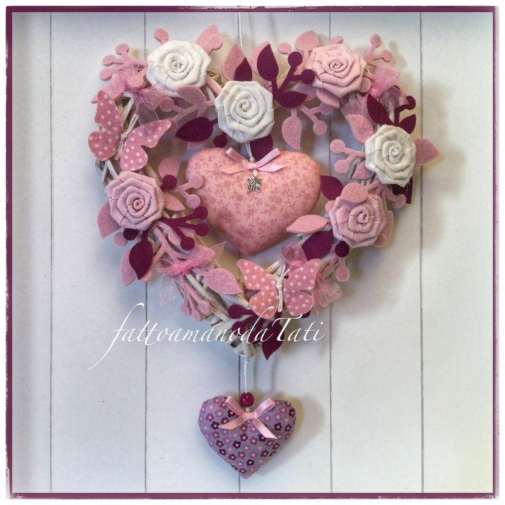 Cuore/fiocco nascita in vimini con roselline,farfalle e due cuori sui toni del rosa e ciclamino