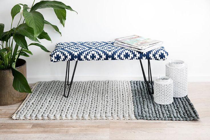 Costruite una panca fai da te imbottita e rivestita con un tappeto kilim. Una fantasia orientale in grado di dare un accento bohémien ad ogni stanza.