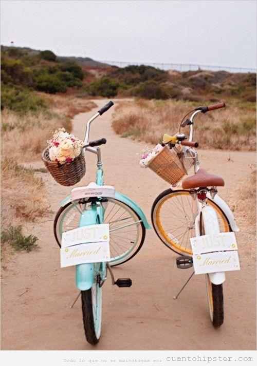 Dos bicicletas vintage con cestas y el cartel de Recién Casados